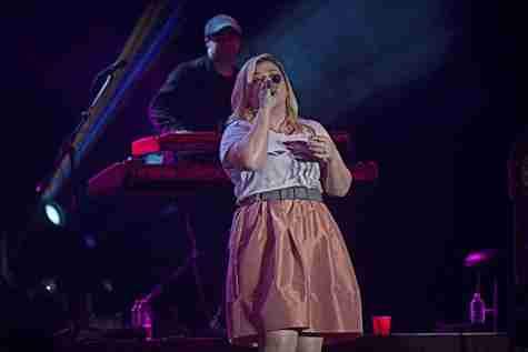 "Kelly Clarkson invites fan on stage to sing ""Stronger"" at Universal Orlando"