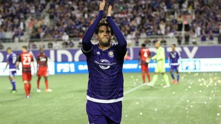 Kaka doesn't miss a beat in regular season debut